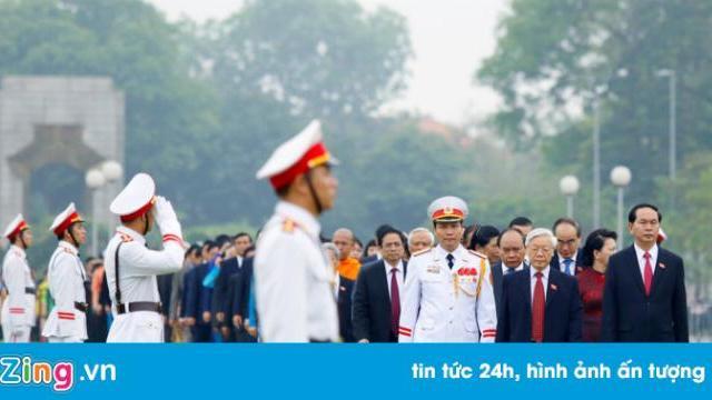 Đoàn đại biểu Quốc hội viếng Chủ tịch Hồ Chí Minh trước giờ khai mạc kỳ họp