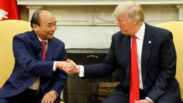 Thủ tướng Nguyễn Xuân Phúc và Tổng thống Mỹ Donald Trump bắt tay tại Phòng Bầu dục