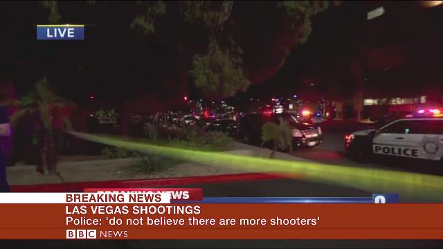 Đám đông cúi rạp người tránh đạn trong vụ xả súng ở Las Vegas