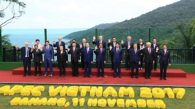 Bức ảnh các lãnh đạo APEC 2017: 'Nghẹt thở' đến phút cuối cùng (P2)