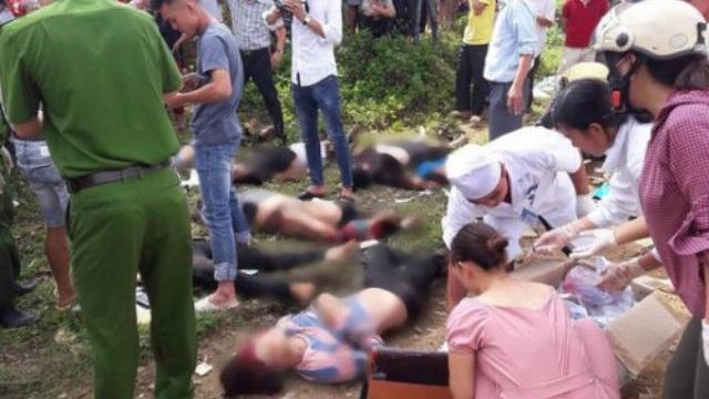 Xe trộn bê tông đâm xe khách bay xuống suối khiến 16 người chết