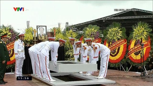 Đội tiêu binh thực hiện nghi thức hạ huyệt. Phu nhân và người thân trong gia đình Chủ tịch nước bật khóc.