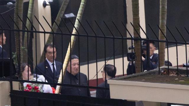 Chủ tịch Kim Jong-un thăm sứ quán Triều Tiên