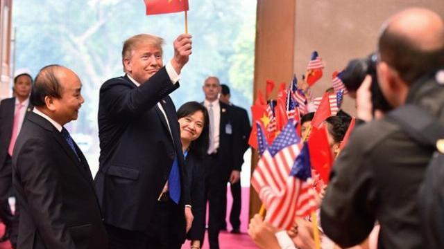 Phút thân thiện của Tổng thống Trump tại Hà Nội