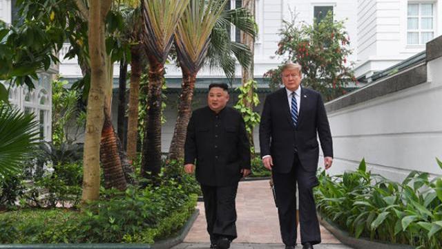 Ông Trump và ông Kim đi bộ ở vườn trong khách sạn