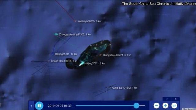 Tàu hải cảnh 35111 quay trở vào neo đậu bên trong đảo nhân tạo của Đá Chữ Thập