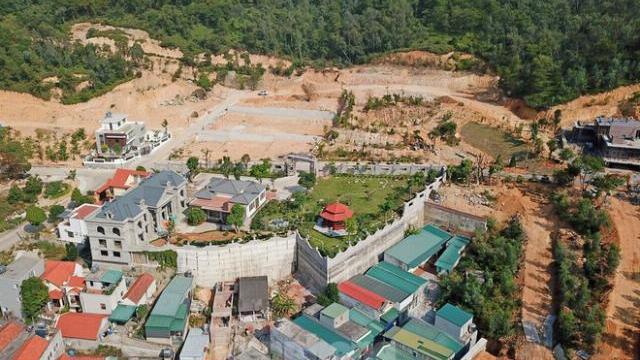 Cận cảnh ngọn đồi bị san phẳng xây biệt thự trái phép ở Quảng.mp4