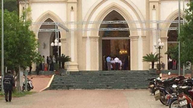 Bất chấp chỉ thị của Thủ tướng, nhiều giáo xứ vẫn tụ tập hàng trăm giáo dân làm lễ ở nhà thờ