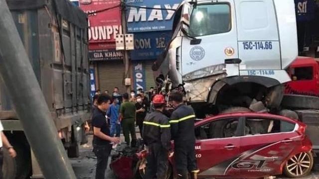 Xe Container đâm ôtô chờ đèn đỏ, 3 người tử vong: Tài xế buồn ngủ
