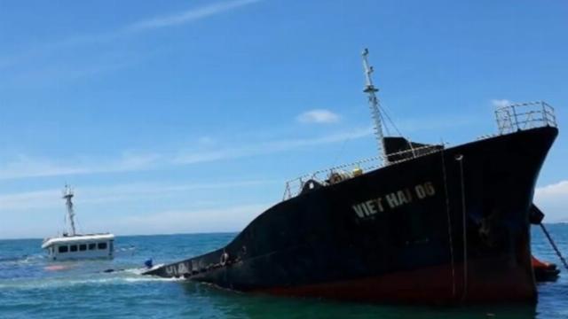 Tàu hàng gãy đôi, 300 tấn dầu nguy cơ tràn ra biển tại Huế