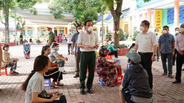 Bí thư Nguyễn Văn Nên trao đổi với người dân tại điểm tiêm vaccine ở huyện Hóc Môn