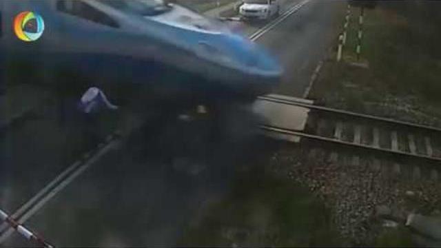 Xe đạp va chạm xe lửa, nạn nhân may mắn thoát chết