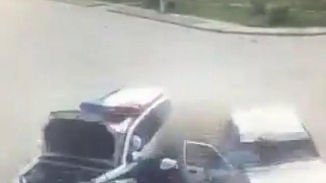 2 ôtô đâm nhau, người đi bộ thoát chết thần kỳ như phim
