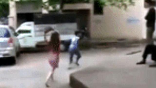 Bất hoà với bạn trai, cô gái dùng guốc, đá tảng để trút giận