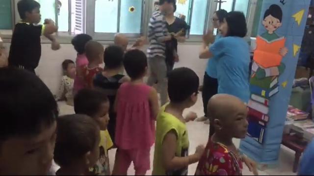 Cảm phục cô giáo ròng rã 10 năm dạy học cho trẻ ung thư (1).mp4