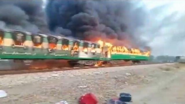 Nấu nướng trên xe lửa, 64 người bị thiêu sống.mp4