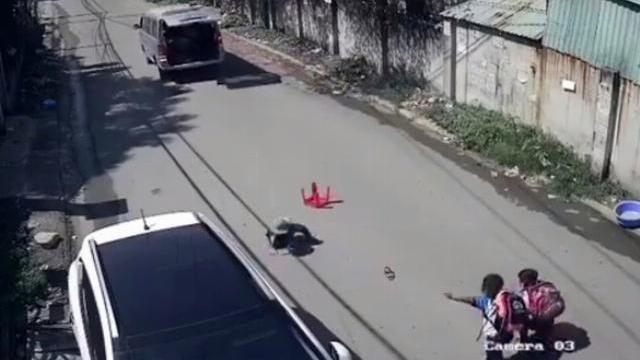 Kinh hoàng 3 học sinh lớp 1 văng khỏi xe đưa rước đang chạy.