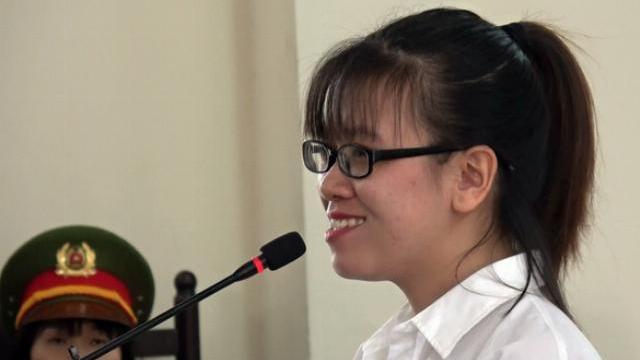 Nguyễn Huỳnh Tú Trinh cười khi nghe hội thẩm nhân dân hỏi