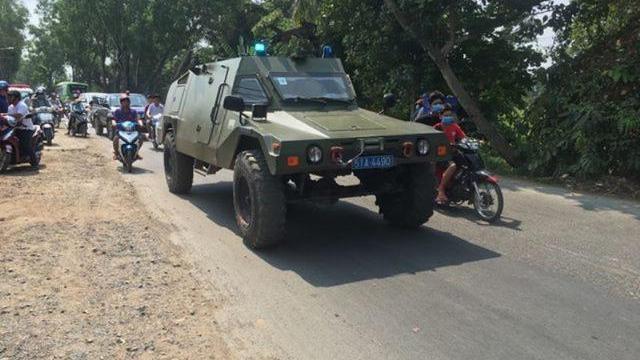 Cảnh sát cùng xe bọc thép tại hiện trường vây bắt kẻ nổ súng ở Củ Chi