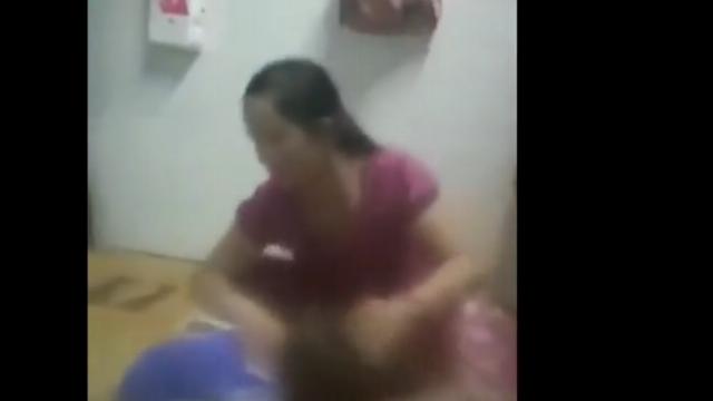 Người phụ nữ đánh con dã man ở Bình Dương