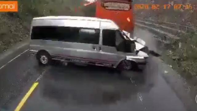 Khoảnh khắc ôtô 16 chỗ vượt xe đầu kéo dẫn đến vụ tai nạn kinh hoàng