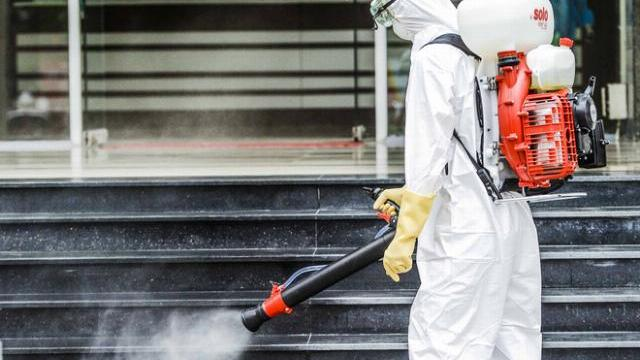 Cận cảnh quá trình thay đồ bảo hộ sau khi phun tiêu trùng, khử độc tại toà nhà 34T (Trung Hoà, Cầu Giấy, Hà Nội).