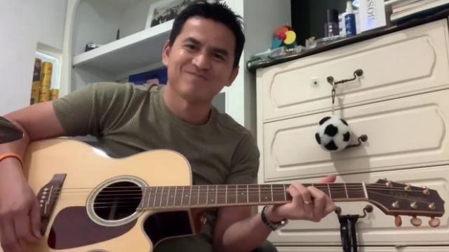 Kiatisak gây bão với clip ôm đàn hát tặng fan Việt Nam giữa mùa dịch Covid-19