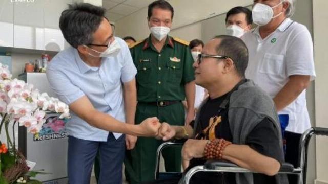 Nghệ sĩ Saxophone Trần Mạnh Tuấn thổi bài Diễm xưa tặng Phó Thủ tướng Vũ Đức Đam