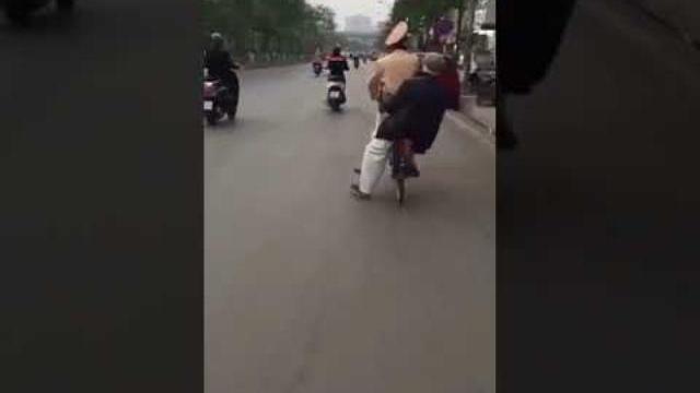 Clip dễ thương: Chiến sĩ CSGT Hà Nội giúp đỡ, chở cụ già bị lạc đường trên chiếc xe đạp để về nhà
