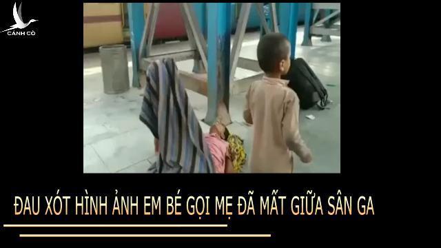 Đau xót hình ảnh em bé gọi mẹ đã mất giữa sân ga Ấn Độ