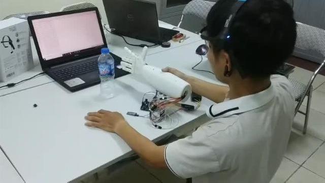 Gặp gỡ nhóm nam SV Bách Khoa và sáng chế cánh tay kỳ diệu giúp người khuyết tật