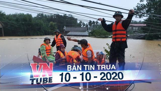 Cứu hàng trăm người dân trên nóc nhà giữa tâm lũ ở Quảng Trị