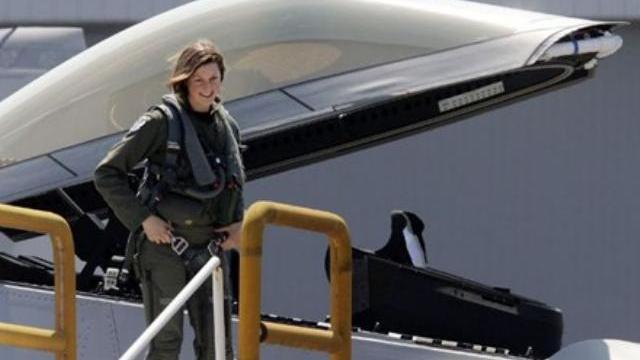 Hình ảnh xinh đẹp của những nữ phi công lái máy bay chiến đấu