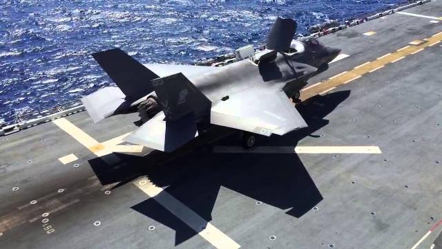 F-35B hạ cánh thẳng đứng trên tàu USS WASP