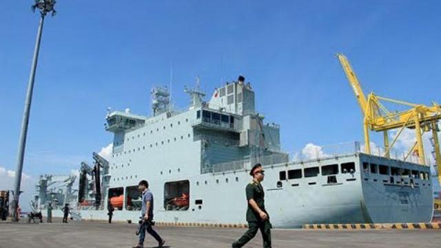 Chiến hạm Canada treo cờ rũ quốc tang Chủ tịch nước Trần Đại Quang
