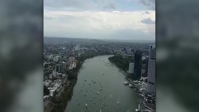 Khoảnh khắc máy bay tiến sát vào tòa cao ốc ở Úc.