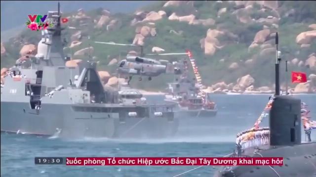 Hình ảnh tàu ngầm Kilo 636 của Việt Nam nổi lên khỏi mặt biển