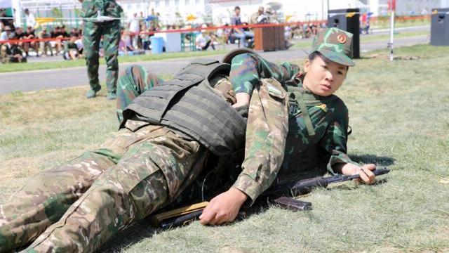 Nữ quân y Việt Nam cõng thương binh nặng 80 kg