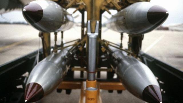 Bom xuyên phá Vũ khí biến mọi địa đạo, boong-ke thành vô dụng.mp4