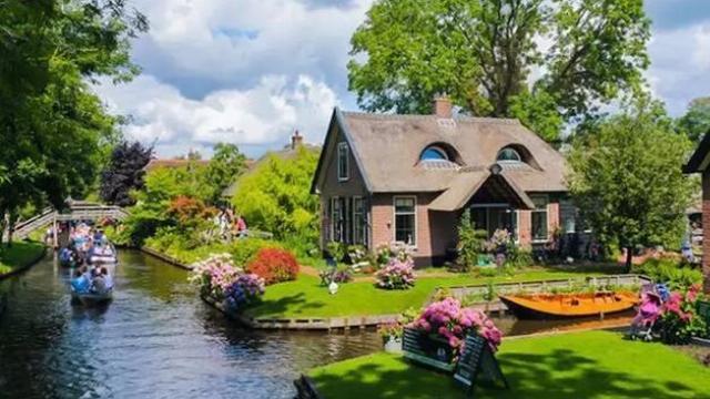 Thị trấn cổ tích 700 năm không sửa đường, không mua ô tô, đến nhà hàng xóm phải chèo thuyền
