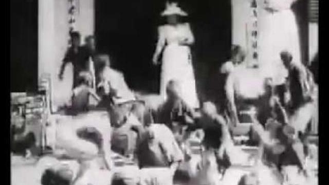 Hai phụ nữ Pháp quăng thóc gạo cho người dân An Nam như cho gà ăn vậy