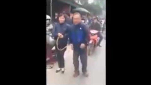 Vợ chồng già bị đánh hội đồng vì móc túi và câu chuyện lương tâm