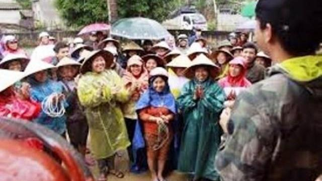 """MC Phan Anh miệt mài """"chở Tết"""" ấm áp đến rốn lũ Quảng Bình"""