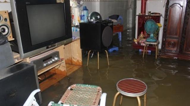 Người Sài Gòn dùng kính ngăn nước tràn vào nhà trong triều cường