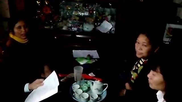 Cảnh gia đình Trần Thị Nhị phản đối và ngăn cản việc phá nhà dân
