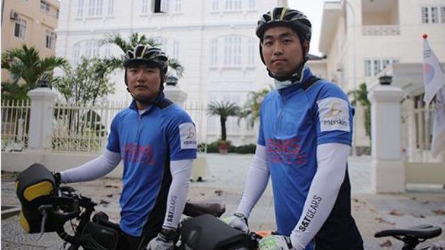 Hai nam sinh Hàn Quốc cúi đầu nói 'Xin lỗi Việt Nam'