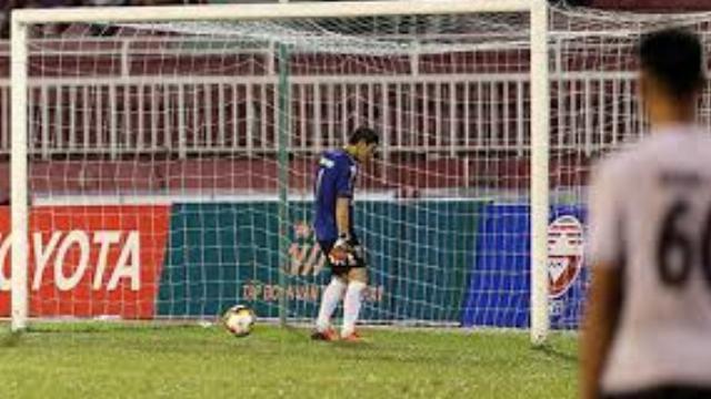 Cầu thủ Long An đứng im để TP HCM ghi ba bàn