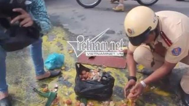 Hình ảnh CSGT giúp dân cảm động trên đường phố Sài Gòn