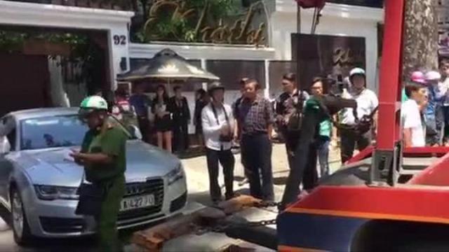 Xe sang của Hoa hậu Thu Hoài bị cẩu về phường