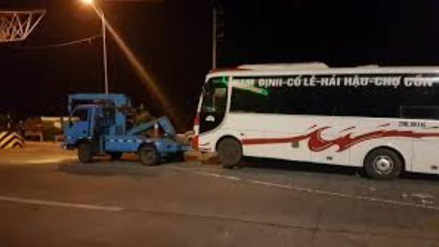 Thuyết phục không thành, cảnh sát cẩu 100 xe khách khỏi cửa ngõ Hà Nội